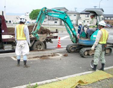 底に肥料入りの植栽用土を入れる。