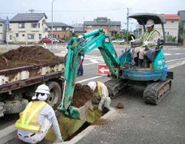 ピンでシートを固定し土を入れる。