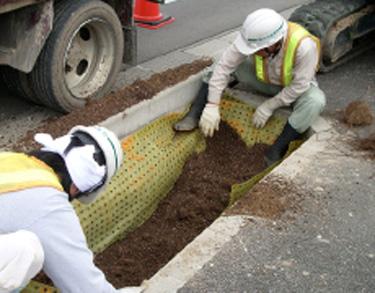 シート上部を押さえながら土を入れる。