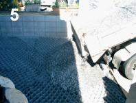 グランドグリッド™が完全に設置完了したら6号砕石を敷詰める。