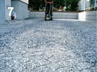 グランドグリッド™天場まで砕石を充填したらランマーで転圧する。