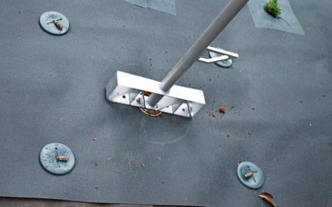 円筒刃を深くまで押し込んだら前後にまわします。