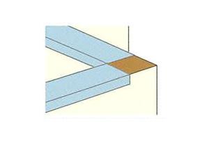フラッシングシートを手すり壁天端にへ鞍掛けします。タッカー留めはシート立ち下がり面に行うことを基本とします。