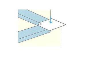 ストレッチガード®出隅用には内角線が入っています。入隅側から剥離紙を半分程度まで剥がし、位置決めをします。