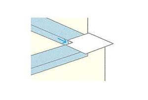 剥離紙全てを剥がし、ストレッチガード®の入隅側を伸ばしながら立ち下げます。