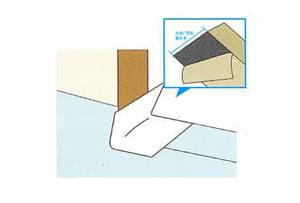 ストレッチガード®を施工します。剥離紙の大きい方を剥がし窓台角部へ圧着します。