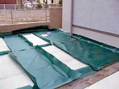 雑草防止効果のあるグリーンビスタ®プロを敷設します。