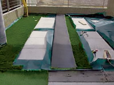 グリーンビスタ®プロの端部をカットする前に、敷地の形状に合わせてリアリーターフ®を仮置きします。