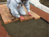 川砂を敷きレベルを合わせ、ブロックを敷き並べます。