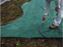 防草シート施工後、見切設置箇所に墨をつけます。