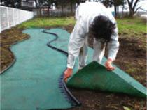 固定後、見切りに沿って防草シートをカットし取除きます。