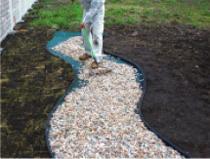 砂利をシートの上に敷き平らに均して施工完了となります。