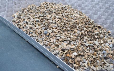 グランドグリッド™をピンで固定し、砂利を詰めます。