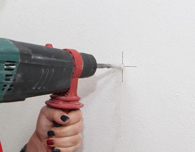 全ての墨付けが終了したら、あて紙を壁から外し、十字の中心(固定用部材取付位置)4箇所に下穴(直径8mm)をあけます。