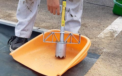 筒刃内部に入った土は、オープナーのレバーを押して出します。