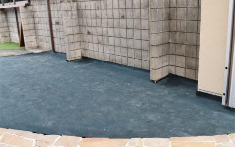 敷設する場所を整地し、下地材としてグリーンビスタ®プロ防草・砂利下シートを敷設します。