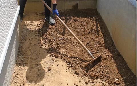 雑草や小石などを除去し、整地します。