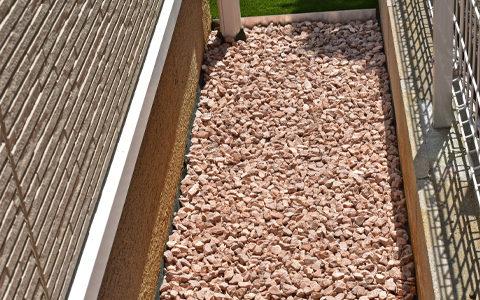 砂利を敷く際は、シート全体が隠れるよう、薄く均一に敷いてください。