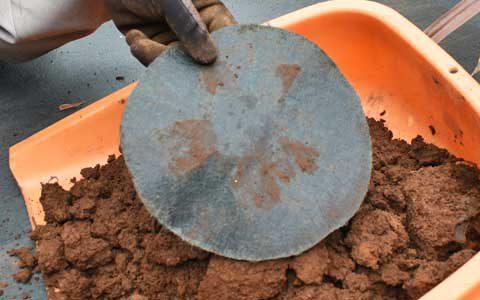 植栽オープナー®で穴あけをした時に、くり抜いた防草シートを使用します。