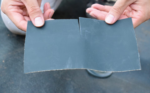 2枚のテープが穴の中心線で20mm重なるように貼っていきます。