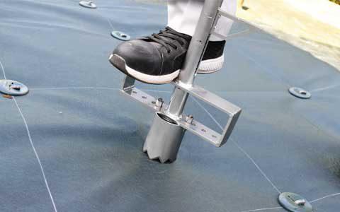 スミ付け位置に植栽オープナー®を深くまで押し込み、シートの上から踏み込みます。